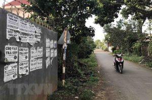 Quảng cáo cho vay lãi suất thấp được dán chằng chịt trên tường bêtông, các khu dân cư, phường Tân An, thành phố Buôn Ma Thuột, Đắk Lắk