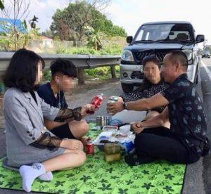 Gia đình anh Việt dừng xe ăn uống, livestream trên Facebook