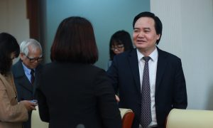 Bộ trưởng Phùng Xuân Nhạ ghi lại địa chỉ email và số điện thoại của mình cho một học sinh lớp 9B, Trường Dân tộc nội trú THCS Văn Yên, tỉnh Yên Bái