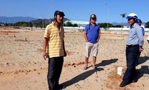 Ông Mão được mời đến kiểm đếm tài sản trên lô đất đã bị san phẳng