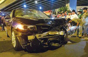 Xe BMW bị biến dạng do nữ tài xế điều khiển sau khi uống rượu bia gây TNGT liên hoàn tại nút giao thông Hàng Xanh, TP HCM