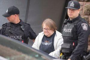 Elizabeth Wettlaufer bị cảnh sát bắt giữ vào năm 2017.