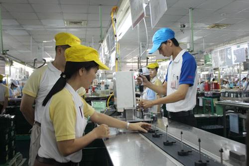 Cán bộ Công đoàn (bìa trái) Công ty TNHH Điện cơ Solen Việt Nam - KCX Tân Thuận, TP HCM thăm hỏi tình hình việc làm và thu nhập của đoàn viên